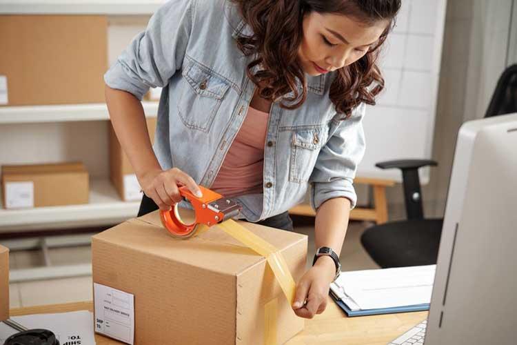 Onlinehändler mit Lizenz schließt Verpackung