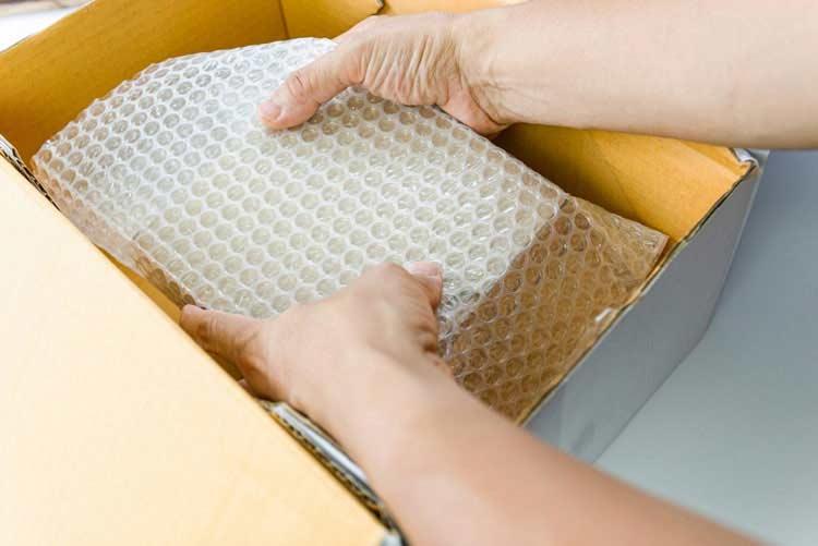 Luftpolsterfolie verwenden, um zerbrechliche Waren zu verschicken