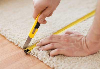 Teppich schneiden mit Sicherheits-Cuttermesser